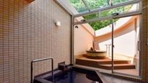 【別館2F藤_和洋特別室・バスルーム】金泉露天風呂と六甲山水の沸かし湯の内湯 シャワー台2つ