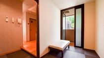 【別館2F藤_和洋特別室】バスルームへの廊下・廊下に湯あがりに一休みできる休憩椅子スペースを設置