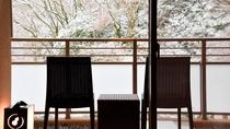 【本館・自家源泉付和室A】真冬は雪が降る日もございます。貴重な雪景色のテラス。