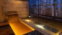【別館1F貸切特別室「太閤」140平米】お部屋専用の金泉足湯・夜の雰囲気