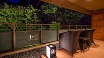 【金泉露天風呂付・特別室】広めのテラスから四季で移ろう山の景色をお楽しみください