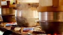 【ご朝食一例】炊きたての釜炊きごはんを丹波の黒豆納豆・特製の焼き鮭など御供と一緒に