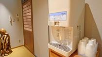 【大浴場・脱衣所】脱衣所にはお水のサーバーがございます。こまめな水分補給をオススメしております。