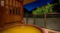 【金泉露天風呂付・特別室】夜・金泉露天風呂からは宵の山をお楽しみいただけます。