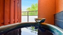 【本館・自家源泉付和室A】当館の自家源泉は銀泉に成分が近い柔らかい泉室の温泉でございます。