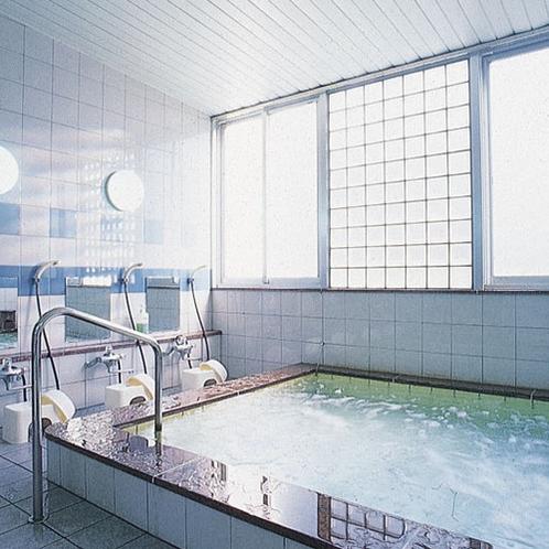 1日の疲れをいやしてくれる男性大浴場/例