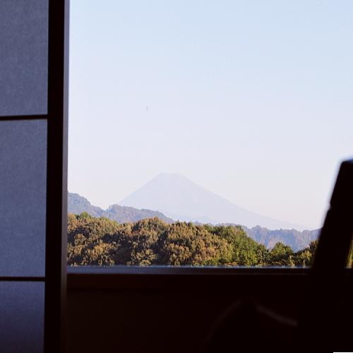 館内一部のお部屋から望む、悠然たる富士山の雄姿