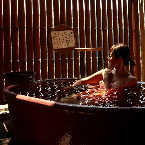 【貸切露天:うかれ雲】信楽焼の陶器風呂。落ち着いてのんびりはいれます(40分2,500円)