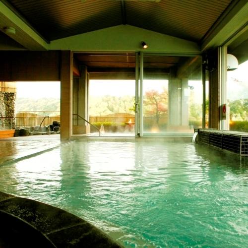 【大浴場(内湯)】展望大浴場となっており、外側はガラス貼りで開放的な空間です。