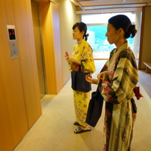 エレベーター前のスペース。館内はとてもゆったりしております。