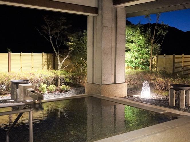 大浴場の庭園を再生、さらに照明で夜の入浴の際にもお庭の望みながら入浴ができます。