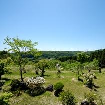 *2階客室からの展望/泉ヶ岳と庭園の四季を視覚で感じることが出来ます。