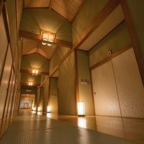 天井は高く個性的なデザインに。自然に癒されるご滞在をお過ごし下さい。