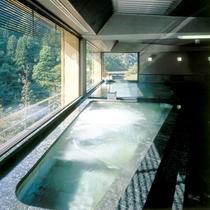 《展望大浴場・石風の湯》 独特の輝きを放つ石造りの湯、目の前に広がる大自然をお楽しみくだい