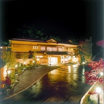《夜・外観》 日本建築の粋を極めた純和風旅館