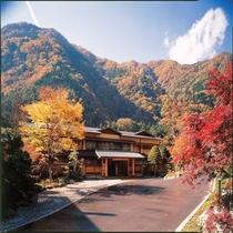 《10月~11月・秋、紅葉 外観》 大自然の壮大な景色の中、赤、オレンジ、黄色の紅葉は至福のひと時