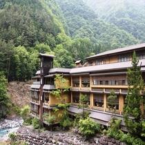 《河原より~・外観》 世界のギネス認定 秘湯の一軒の宿 伝説の地に佇む老舗旅館