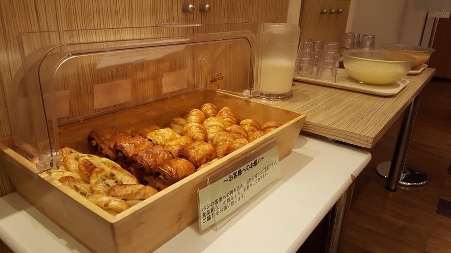無料朝食 焼き立てパン