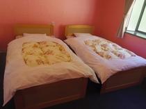 洋室はベッド2台