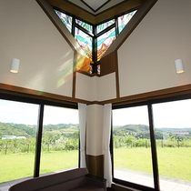 *ロビー/ステンドグラスから注ぐ自然光がとても素敵な 広々とした空間。