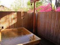 檜の露天風呂(源泉かけ流し)新鮮な温泉を惜しみなく利用したお風呂に浸かる。贅沢な時間がお待ちかね。