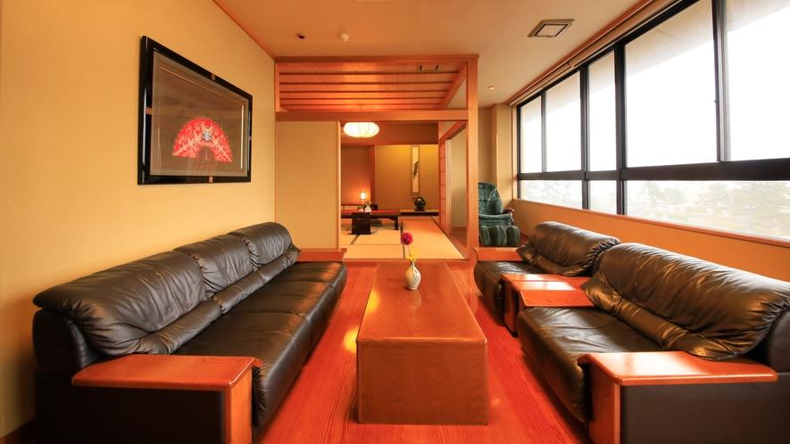 【最上級スイート】特別貴賓室/98.9平米  ~ゆったりしたソファーセットのリビング。