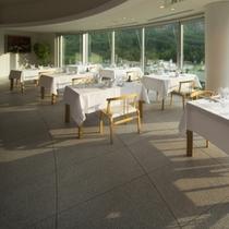 【山景を眺めるメインレストラン】朝の爽やかな景色を眺めて、美味しい朝食をお召し上がりください