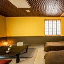 【半露天風呂付き客室】和室10畳にベッドを設置した和みのある空間。客室露天風呂でアロマバスを。