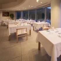 【山景を眺めるメインレストラン】美しい山々の景色を眺めながら、贅沢で特別なご夕食を。