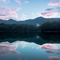 【朝焼けの絶景「鴫の谷地沼」】ホテルから徒歩5分。散策は1周約30分。日の出の時間は鏡のような景色が
