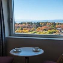 【マウンテンビュー・ツイン】四角く開けられた窓からは、四季の眺望がまるで絵画のように
