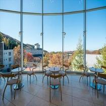 【ラウンジ「ヒルサイドテラス」】大きな窓からは美しい四季の絶景を眺められます