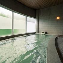 【SPA由瑠璃(ゆるり)】大きな窓から明るい光が注ぐ広々浴槽で乳白色の蔵王温泉を掛け流しで満喫
