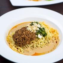 【麺料理一例】自家製ソースを合わせた中華麺を