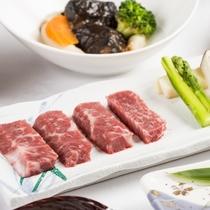 【県産黒毛和牛の陶板焼き】きめ細やかな脂質と、味わい深い肉質をお召し上がりください