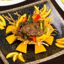 【肉料理一例】爽やかな季節の果物と国産牛の炒め物は相性抜群