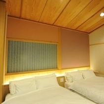"""露天風呂付客室""""桜花""""。シリー製のツインベッドが、安らぎの眠りをご提供します。"""