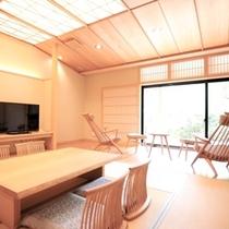 """露天風呂付客室""""香久山""""。 自然素材を活かした家具設え。喧騒を離れた落ち着いた癒しの空間です"""