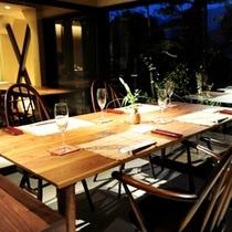 """食事処""""乃庭""""60年代の英国アーコール社家具を代表する""""ゴールドスミス""""と""""クエーカー""""。"""