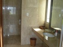 【スイートルーム】洗面台、奥はシャワールーム