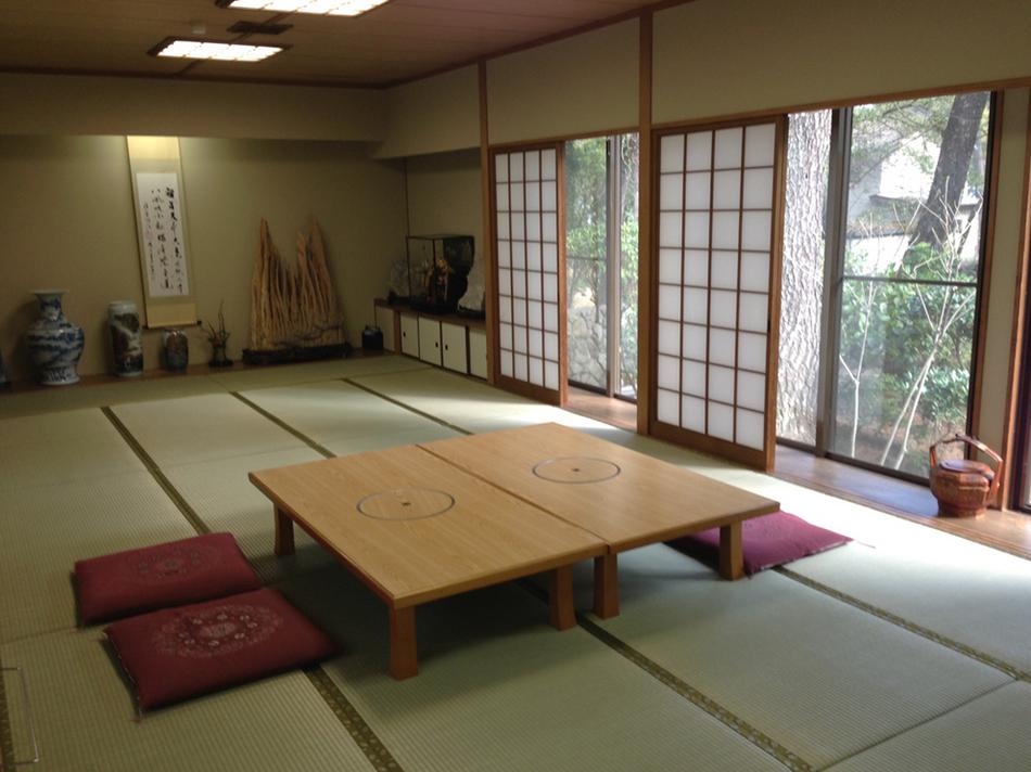 美しい日本庭園が眺めの25畳特別和室。グループにも最適。10名様まで