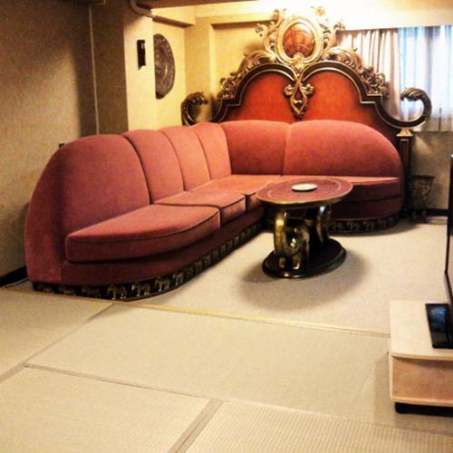 おしゃれなソファーセットが付いた和洋室でお寛ぎください。