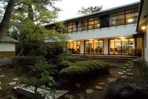 松の木囲まれた静かな庭園。