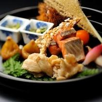 【ご夕食一例】 秋の味覚たっぷりの一品。名月荘では旬産旬消にこだわったお料理をご提供しています。