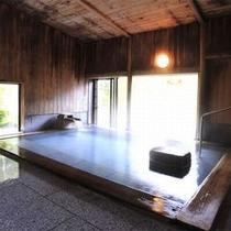 【大浴場】 檜と御影石で造られた大浴場で癒しのひととき。
