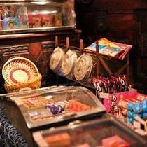 【売店】 懐かしい駄菓子のコーナーでは、思わず童心に帰ってしまうかも。