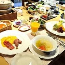 【ご朝食一例】 朝日が射し込むリビングルームで、爽やかな朝食のひとときをご堪能ください。