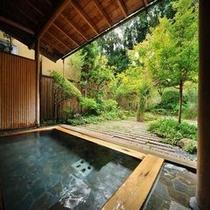 【露天風呂】 花や緑を愛でながら開放感に浸る露天風呂。季節の風が心地言い寛ぎの時間。