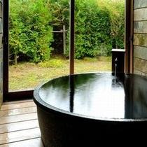 【客室Bタイプ一例「梔」】 まんまるのお月見風呂のお湯は地下から汲み上げた蔵王山系の天然水を加温。