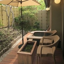 【客室E2タイプ「都」】 露天風呂では、テラスで寛ぐご家族との会話をしながら温泉をお楽しみ頂けます。